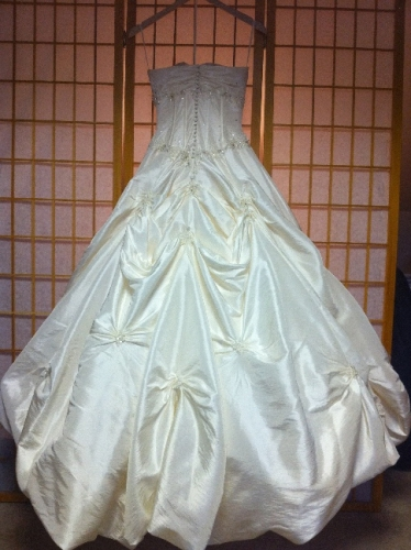 New york gorgeous taffeta a line never worn sizes 2 4 for Sell wedding dress nyc