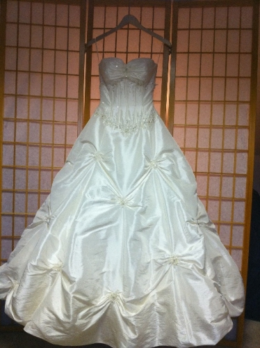 New york gorgeous taffeta a line never worn sizes 2 4 for How to sell wedding dress never worn